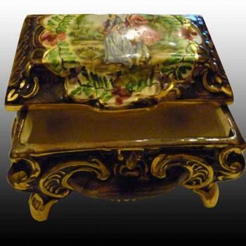 Bequet-Quaregnon-coffret bonbonnière en faïence-Belgique-peint main et rehaut d'or